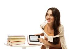 Mujer joven feliz con los libros y el ebook Fotos de archivo libres de regalías