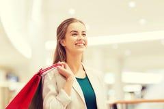 Mujer joven feliz con los panieres en alameda Imágenes de archivo libres de regalías