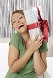 Mujer joven feliz con los rectángulos de regalo imagen de archivo