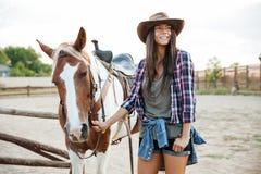 Mujer joven feliz con su caballo en la granja Fotografía de archivo
