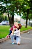 Mujer joven feliz con su hijo del niño Imagen de archivo libre de regalías