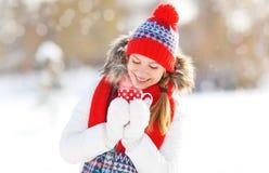 Mujer joven feliz con una taza de té caliente en paseo del invierno Fotografía de archivo
