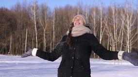 Mujer joven feliz de la CÁMARA LENTA de 96 FPS que juega con nieve almacen de video