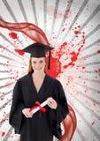 Mujer joven feliz del estudiante que sostiene un diploma contra el fondo salpicado blanco y rojo Foto de archivo libre de regalías