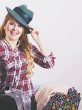 Mujer joven feliz después de hacer compras Imagen de archivo libre de regalías