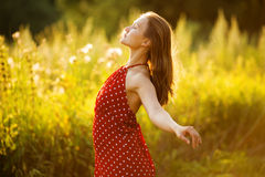 Mujer joven feliz en alineada roja Fotos de archivo