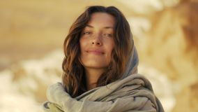 Mujer joven feliz en barranco del desierto ella sonríe y las maravillas, miran en la cámara y alrededor almacen de video