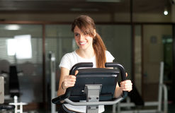 Mujer joven feliz en biking de la gimnasia Imágenes de archivo libres de regalías