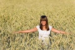 Mujer joven feliz en campo de maíz Fotos de archivo