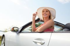 Mujer joven feliz en coche convertible fotografía de archivo libre de regalías
