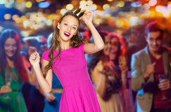 Mujer joven feliz en corona de la princesa en el club de noche Imagenes de archivo