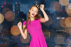 Mujer joven feliz en corona sobre ciudad de la noche Fotos de archivo