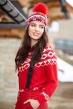 Mujer joven feliz en cothes del esquí al aire libre Fotografía de archivo libre de regalías