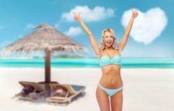 Mujer joven feliz en el bikini que hace la bomba del pu?o fotos de archivo libres de regalías