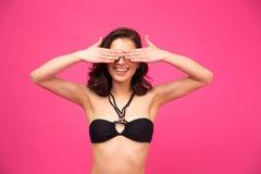Mujer joven feliz en el bikini que la cubre ojos Imágenes de archivo libres de regalías