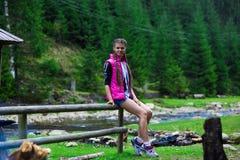 Mujer joven feliz en el bosque fotografía de archivo