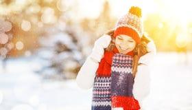 Mujer joven feliz en el invierno para un paseo Fotografía de archivo libre de regalías