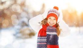 Mujer joven feliz en el invierno para un paseo Foto de archivo