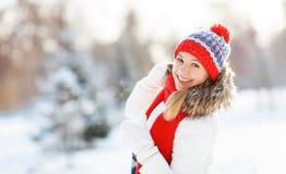 Mujer joven feliz en el invierno para un paseo Imagenes de archivo