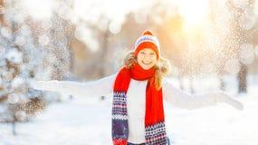 Mujer joven feliz en el invierno para un paseo Fotos de archivo libres de regalías