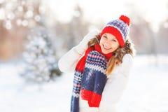 Mujer joven feliz en el invierno para un paseo Fotografía de archivo