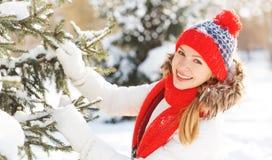 Mujer joven feliz en el invierno para un paseo Foto de archivo libre de regalías