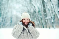 Mujer joven feliz en el invierno, paseo en naturaleza Foto de archivo