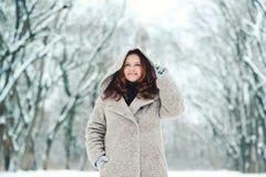Mujer joven feliz en el invierno, paseo en naturaleza Fotos de archivo