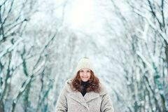 Mujer joven feliz en el invierno, paseo en naturaleza Imágenes de archivo libres de regalías