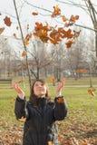 Mujer joven feliz en el parque foto de archivo libre de regalías