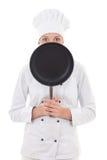 Mujer joven feliz en el sartén que se sostiene uniforme del cocinero aislado encendido Fotografía de archivo libre de regalías