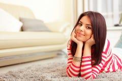 Mujer joven feliz en el sofá Imagen de archivo