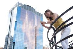 Mujer joven feliz en el teléfono móvil Imágenes de archivo libres de regalías