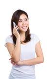 Mujer joven feliz en el teléfono móvil Imagen de archivo libre de regalías