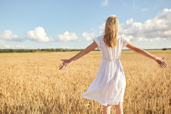 Mujer joven feliz en el vestido blanco en campo de cereal Fotos de archivo
