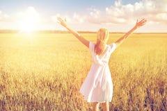Mujer joven feliz en el vestido blanco en campo de cereal Imagen de archivo