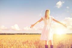 Mujer joven feliz en el vestido blanco en campo de cereal Fotografía de archivo