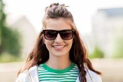 Mujer joven feliz en gafas de sol al aire libre Imagen de archivo