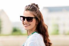 Mujer joven feliz en gafas de sol al aire libre Fotografía de archivo