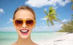 Mujer joven feliz en gafas de sol con el lápiz labial rosado Fotografía de archivo libre de regalías