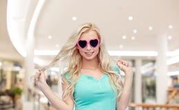 Mujer joven feliz en gafas de sol de la forma del corazón Fotografía de archivo libre de regalías
