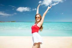 Mujer joven feliz en gafas de sol en la playa del verano Imagen de archivo