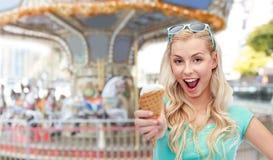 Mujer joven feliz en gafas de sol que come el helado Fotos de archivo libres de regalías