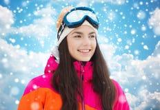 Mujer joven feliz en gafas del esquí sobre el cielo azul Imágenes de archivo libres de regalías