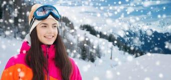 Mujer joven feliz en gafas del esquí sobre las montañas Fotos de archivo