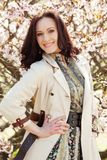 Mujer joven feliz en jardín de flores de la primavera Fotos de archivo libres de regalías
