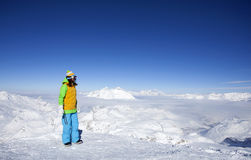 Mujer joven feliz en la cima de la montaña Imagen de archivo