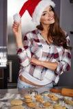 Mujer joven feliz en la cocina foto de archivo libre de regalías