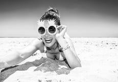 Mujer joven feliz en la costa que toma el selfie Fotografía de archivo libre de regalías