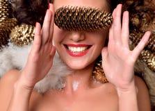 Mujer joven feliz en la decoración de la Navidad del invierno que sonríe bajo t Imagen de archivo